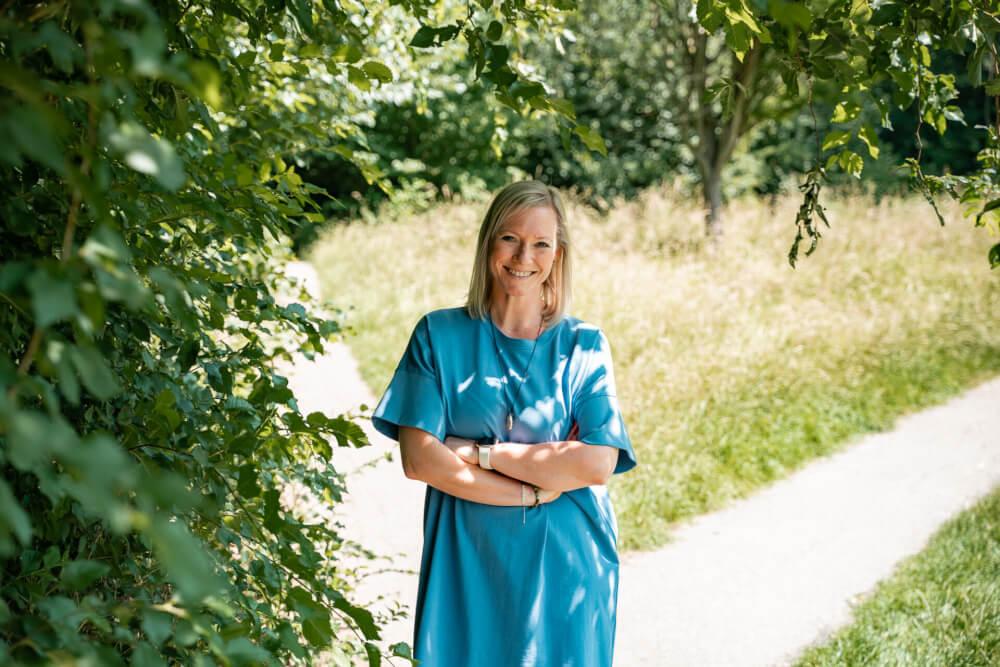 blauwe jurk wending park natuur y-splitsing